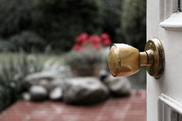 como limpiar los pomos dorados de las puertas
