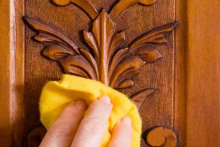 como limpiar muebles de madera barnizados