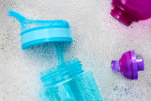 como limpiar botellas reutilizables
