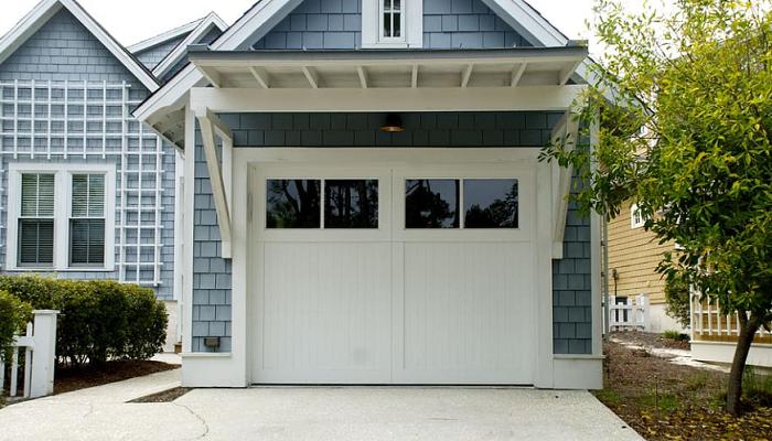 como limpiar una puerta de garaje